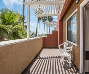 Comfort Inn Huntington Beach - Balcony in King Suite Room